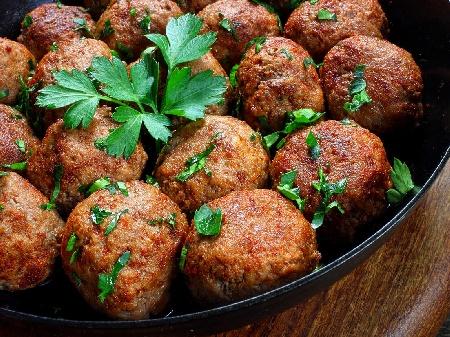 Пържени телешки кюфтета с кайма, ориз, лук и подправки - снимка на рецептата